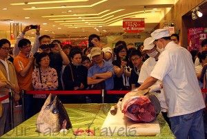 Crowd gathered at Taipei City Super to watch tuna carving